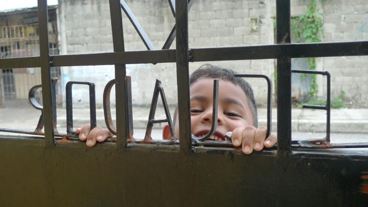 Ekwador, dziecko przy wejściu do Domu Serca